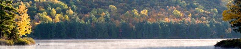 De mist van de ochtend op meer Stock Foto