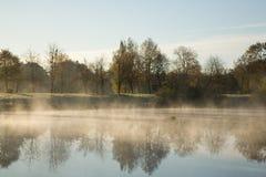 De mist van de ochtend over water Royalty-vrije Stock Foto
