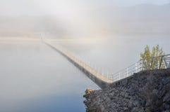 De mist van de ochtend, reservoir ullibarri-Gamboa (Baskisch Co royalty-vrije stock fotografie