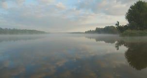 De mist van de ochtend over de rivier stock video