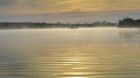 De mist van de ochtend over de rivier stock afbeeldingen