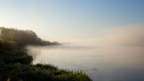 De mist van de ochtend over de rivier royalty-vrije stock fotografie