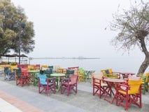 De mistige ochtend van de straatkoffie in Griekenland Royalty-vrije Stock Foto's