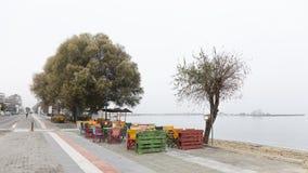 De mistige ochtend van de straatkoffie in Griekenland Royalty-vrije Stock Afbeelding