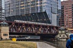 De mistige, regenachtige middag in Chicago van de binnenstad, als opgeheven trein van ` Gr ` brengt forenzen over de Rivier van C royalty-vrije stock foto's