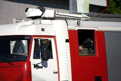 De mistige vrachtwagens van de nachtbrand gaan de brand doven royalty-vrije stock afbeeldingen