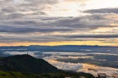 De mistzonsopgang van het meningspunt op de berg van Phu tup boek Royalty-vrije Stock Fotografie