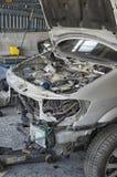 De misvormde carrosserie van een verpletterde auto royalty-vrije stock foto's