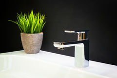 De mixer van de luxetapkraan met kristalhandvatten op een witte gootsteen in een mooie donkere badkamers Royalty-vrije Stock Afbeelding