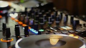 De mixer van DJ bij een nachtclub bij een partij stock videobeelden