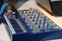 De mixer van DJ bij partij stock foto's