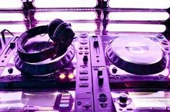De mixer van DJ met hoofdtelefoons Royalty-vrije Stock Foto