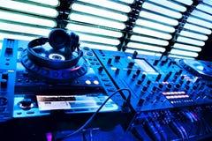 De mixer van DJ met hoofdtelefoons Stock Fotografie