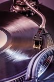 De mixer van DJ met hoofdtelefoons bij nachtclub Muzikaal instrument Royalty-vrije Stock Foto's