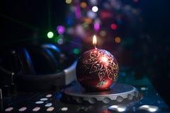 De mixer van DJ met hoofdtelefoons op donkere nachtclubachtergrond met de Vooravond van het Kerstboomnieuwjaar Sluit omhoog menin stock afbeelding