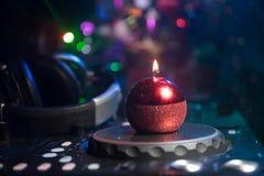 De mixer van DJ met hoofdtelefoons op donkere nachtclubachtergrond met de Vooravond van het Kerstboomnieuwjaar Sluit omhoog menin stock foto's