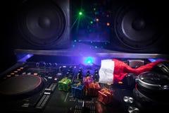 De mixer van DJ met hoofdtelefoons op donkere nachtclubachtergrond met de Vooravond van het Kerstboomnieuwjaar Sluit omhoog menin stock fotografie