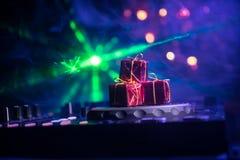 De mixer van DJ met hoofdtelefoons op donkere nachtclubachtergrond met de Vooravond van het Kerstboomnieuwjaar Sluit omhoog menin royalty-vrije stock fotografie