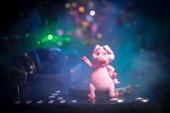 De mixer van DJ met hoofdtelefoons op donkere nachtclubachtergrond met de Vooravond van het Kerstboomnieuwjaar Sluit omhoog menin royalty-vrije stock afbeelding