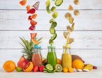 De mixer van de Smoothiemaker met stukken fruitingrediënten Royalty-vrije Stock Foto's