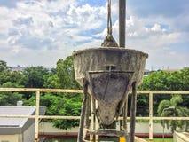 De mixermachine van het kraan gaat de opheffende Cement van de bouw met aard en hemelachtergrond bedekken royalty-vrije stock foto's