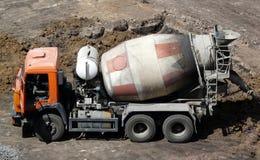 De mixervrachtwagen van het cement Stock Afbeeldingen
