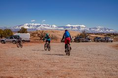 3/16/19 de Moab, Utá Um grupo de pessoas que prepara-se para biking de montanha longo do dia para fora em Moab, Utá fotografia de stock royalty free