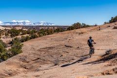 3/16/19 de Moab, Utá Um grupo de pessoas que prepara-se para biking de montanha longo do dia para fora em Moab, Utá fotografia de stock