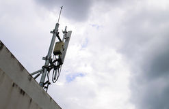 De mobiele antenne van de telefoonzender op hemel met vele wolken Stock Afbeeldingen