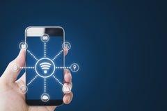 De mobiele radio van telefooninternet en toepassingstechnologie Hand die mobiele smartphone en WiFi en toepassingspictogrammen ho royalty-vrije stock foto's