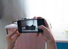 De mobiele slimme telefoon breekt het fotobeeld is stuk speelgoed camera dichtbijgelegen winst royalty-vrije stock foto