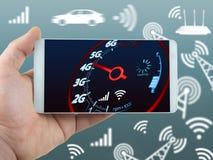 De mobiele snelheid en de hand van telefooninternet - gehouden telefoonconcept royalty-vrije stock foto