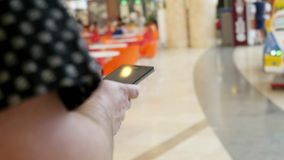 De Mobiele Telefoon van het bedrijfsmensengebruik in Winkelcomplex of stock videobeelden