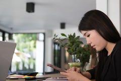 De mobiele telefoon van het onderneemstergebruik op het werk Het jonge vrouw texting Royalty-vrije Stock Afbeeldingen