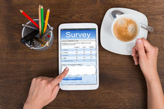 De Mobiele Telefoon van Person Filling Survey Form On Stock Afbeelding