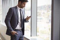 De Mobiele Telefoon van zakenmanchecking messages on stock foto's