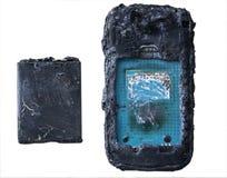 De mobiele telefoonbatterij explodeert en brandwonden gepast om gevaar te oververhitten om slimme telefoon te gebruiken royalty-vrije stock fotografie