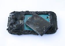De mobiele telefoonbatterij explodeert en brandwonden gepast om gevaar te oververhitten om slimme telefoon te gebruiken royalty-vrije stock foto