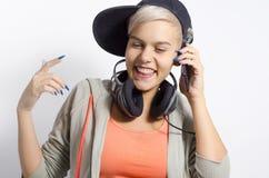 De moda feliz, chica joven que sonríe mientras que habla en el teléfono Fotos de archivo libres de regalías