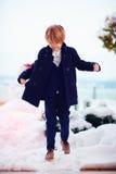 De moda, siete años del muchacho en capa al aire libre Foto de archivo libre de regalías