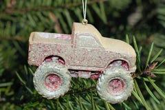 De modder behandelde Kerstmisornament met 4 wielen van de aandrijvingsvrachtwagen Royalty-vrije Stock Afbeeldingen