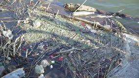 De modder in de rivier stock videobeelden
