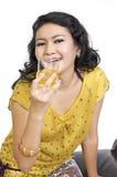 De model Zitting op Stoel en drinkt Jus d'orange Royalty-vrije Stock Foto's