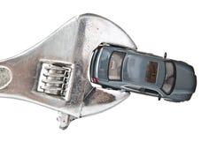 De modelauto van het stuk speelgoed die in moersleutel wordt vastgeklemd Royalty-vrije Stock Foto