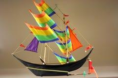 De modelhistoric sailing ship-Regenboog kleurt Zeilen stock afbeeldingen