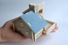 De modelholding van het huis door hand Stock Afbeeldingen
