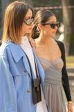 De modellen dragen een blauwe overjas en een beige lijfje stock foto