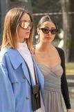 De modellen dragen een blauwe overjas en een beige lijfje royalty-vrije stock foto's