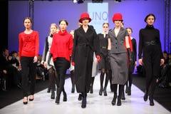 De modellen dragen manieren door UNQ gangloopbrug Royalty-vrije Stock Afbeeldingen