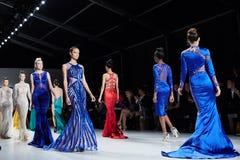 De modellen lopen baan in Dany Tabet-kleding bij de het Levensmodeshow van New York tijdens MBFW-Daling 2015 Royalty-vrije Stock Afbeeldingen